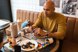 Kinderen eten op zondag gratis bij Jamie Oliver's Diner