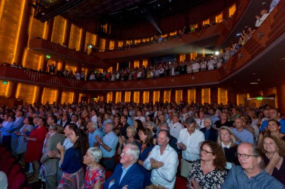 900 genodigden in het theater