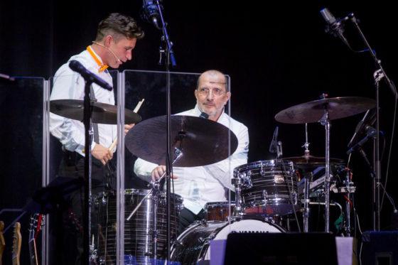 Alain Caron achter de drums