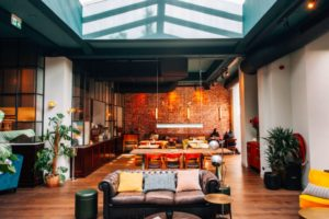 Horecainterieur: restaurant Kluis in oud bankgebouw Amsterdam