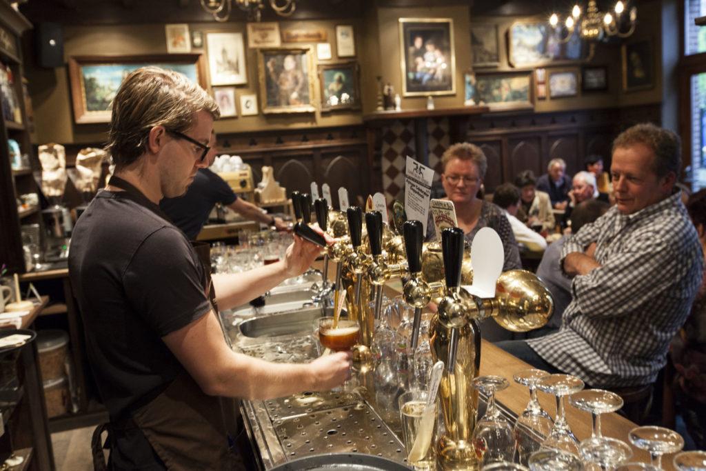 Preuf en proatlokaal De Klep in Venlo. Medewerker achter de tap, Café Top 100