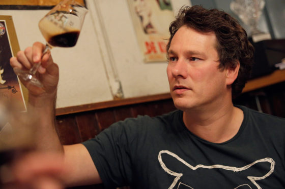 Alle bieren werden gejureerd op geur, hoofdsmaak, afdronk en algemene indruk, zoals hier door jurylid Ivo Thijssen.