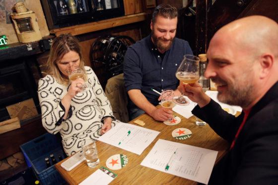 De juryleden proefden in teams van drie, zoals hier Fiona de Lange, Steve Willemnsen en Peter van der Arend (r).