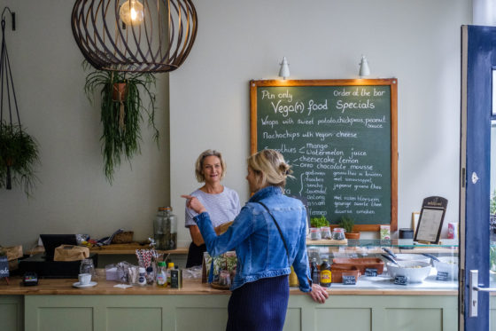 (C) Roel Dijkstra Fotografie / Foto : Fred Libochant  Delft / veganistische lunchroom Wildgroei van moeder en dochter Els en Nina