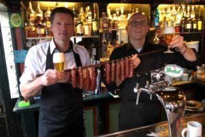 Café de 1steAanleg en slager bereiden winnende bierworst