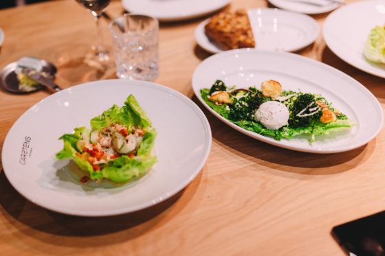 Links: kropsla met Hollandse garnalen, rechts: Ceasar salade maar dan met boerenkool. (Foto: Marvin Duiker)