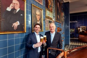 Jan-Renier Swinkels draagt stokje Swinkels Family Brewers over aan Peer Swinkels