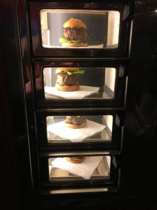 De hambugers werden 'uitgeserveerd' in de snackvitrine