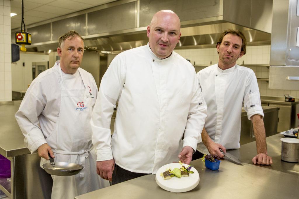 Chefkok Frank Broenink (midden) van Leonardo Royal Hotel Amsterdam