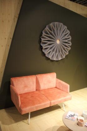 Bankje van Mobitec. De akoestische oplossing aan de wand van Buzzispace is ook aan het plafond te bevestigen met of zonder verlichting.