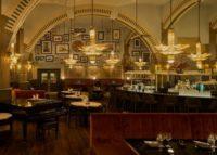 Iconische leestafel terug in Amsterdams Café Americain