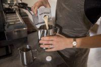 Kan ik meer rekenen voor cappuccino met plantaardige melk?