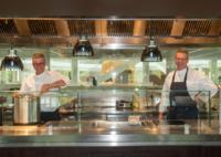 Eurest chefs koken maaltijden voor Rotterdammers met kleine beurs