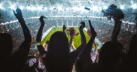 Cateraar YveY bereidt zichvoorop experiment in vol voetbalstadion