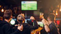Bruls: voetbalschermen op straat en in horeca blijven nog verboden